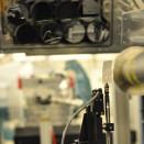 Die Strahlung wird zur Materialuntersuchung eingesetzt. Dort, wo der Laserstrahl auf das Papierchen fällt, sitzt normalerweise die zu untersuchende Probe.