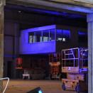 Eine beleuchtete Baustelle neben dem FLASH-Gebäude