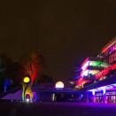 Das Foto stammt von universalist und steht unter cc by. An der Fassade kann man die Leitungen Seidenstraße erkennen.